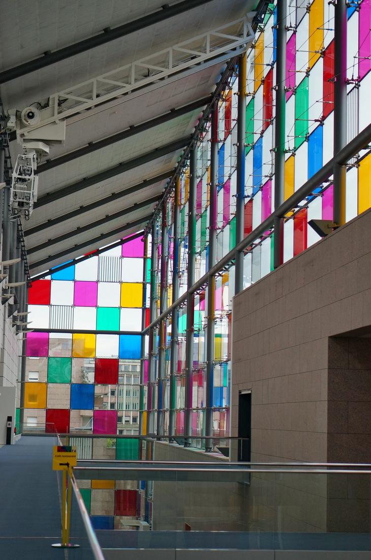 musée d'art moderne strasbourg; strasbourg; musée strasbourg; façade verre; carreaux de verre; vitraux de couleur