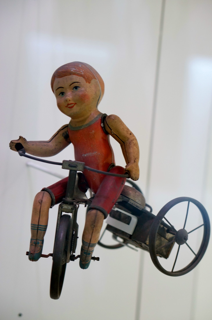 jouet ancien; baigneur; tomi ungerer; musée tomi ungerer; strasbourg; vélo