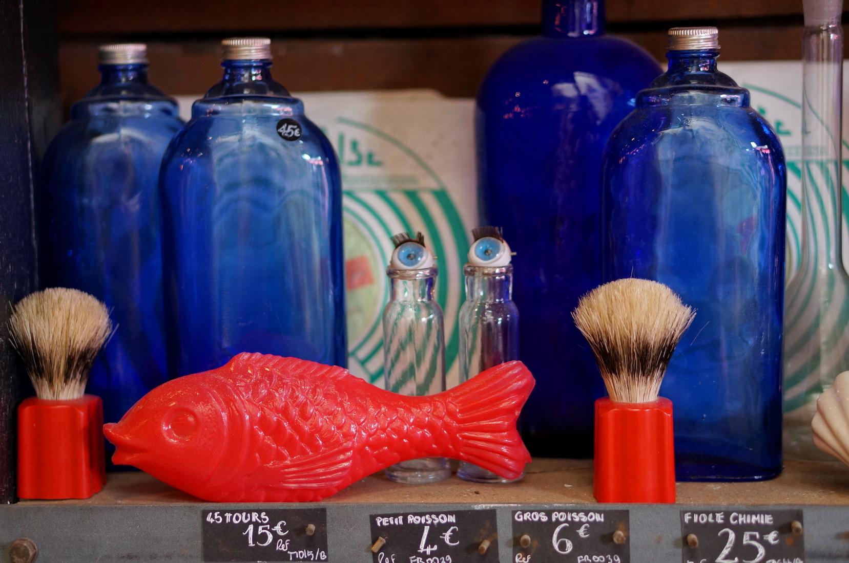 poisson plastique, fioles chinées, bouteilles verre, brocante, retour de chine, vide-grenier, tombées du camion, puces de saint-ouen