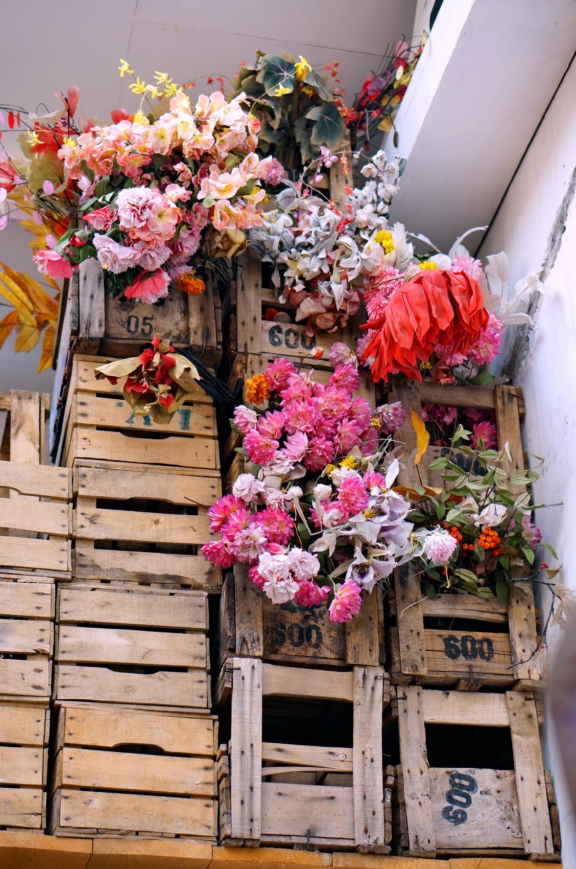 kitsch, tombées du camion, puces de saint-ouen, fleurs plastique