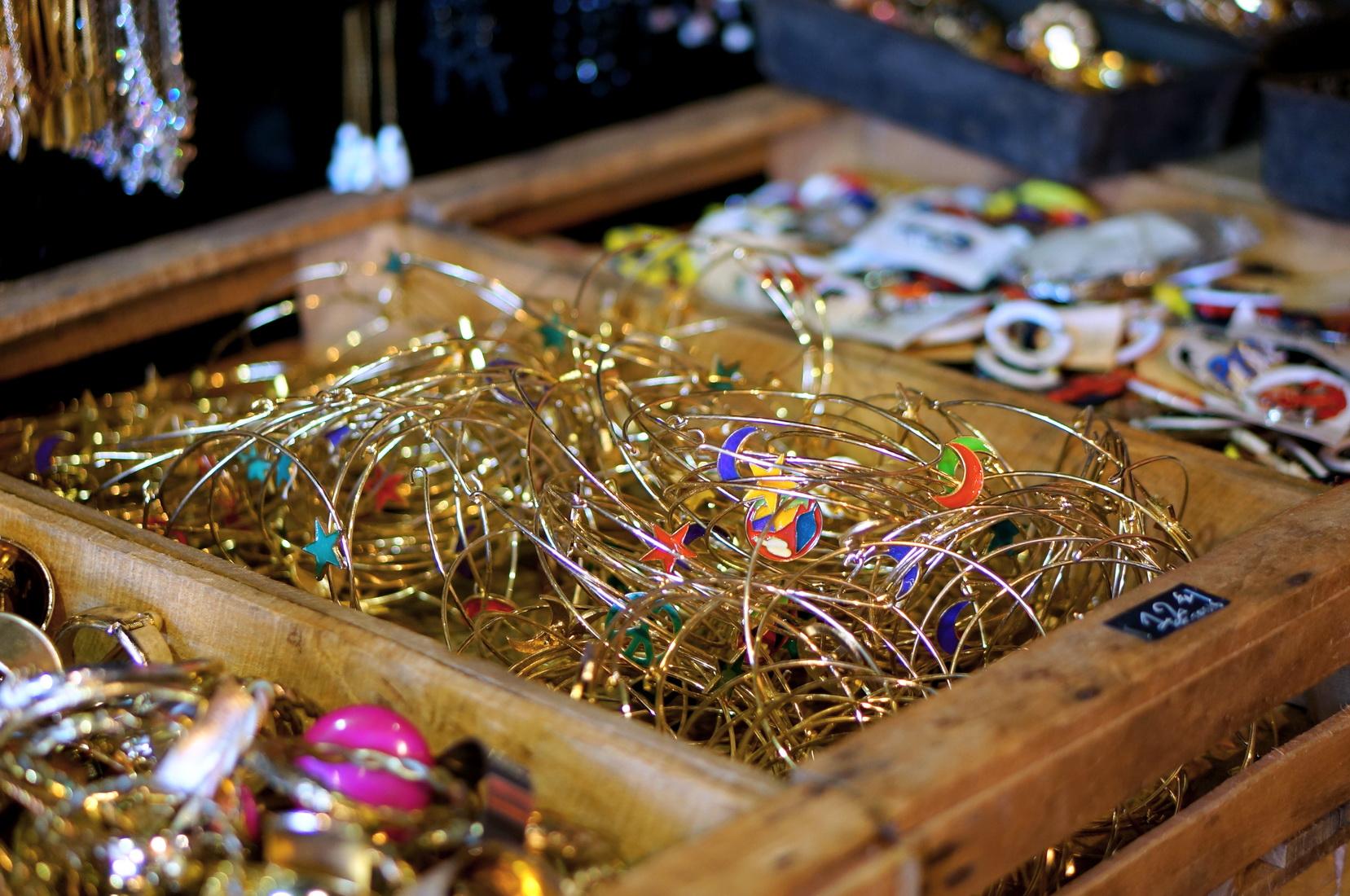 tombées du camion, puces de saint-ouen, brocante paris, vieux bijoux, bijoux