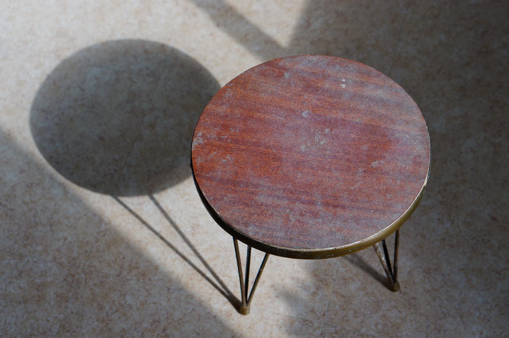 table tripode ronde, table tripode vintage, trouvée dans une poubelle