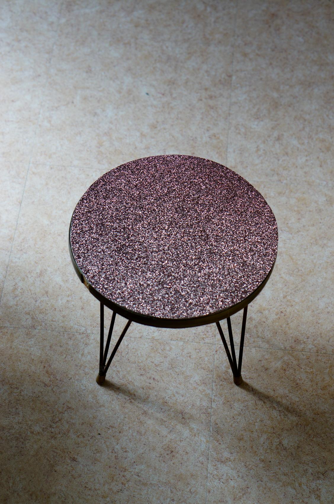 diy table tripode, customiser table tripode, custom table tripode, table tripode paillettes