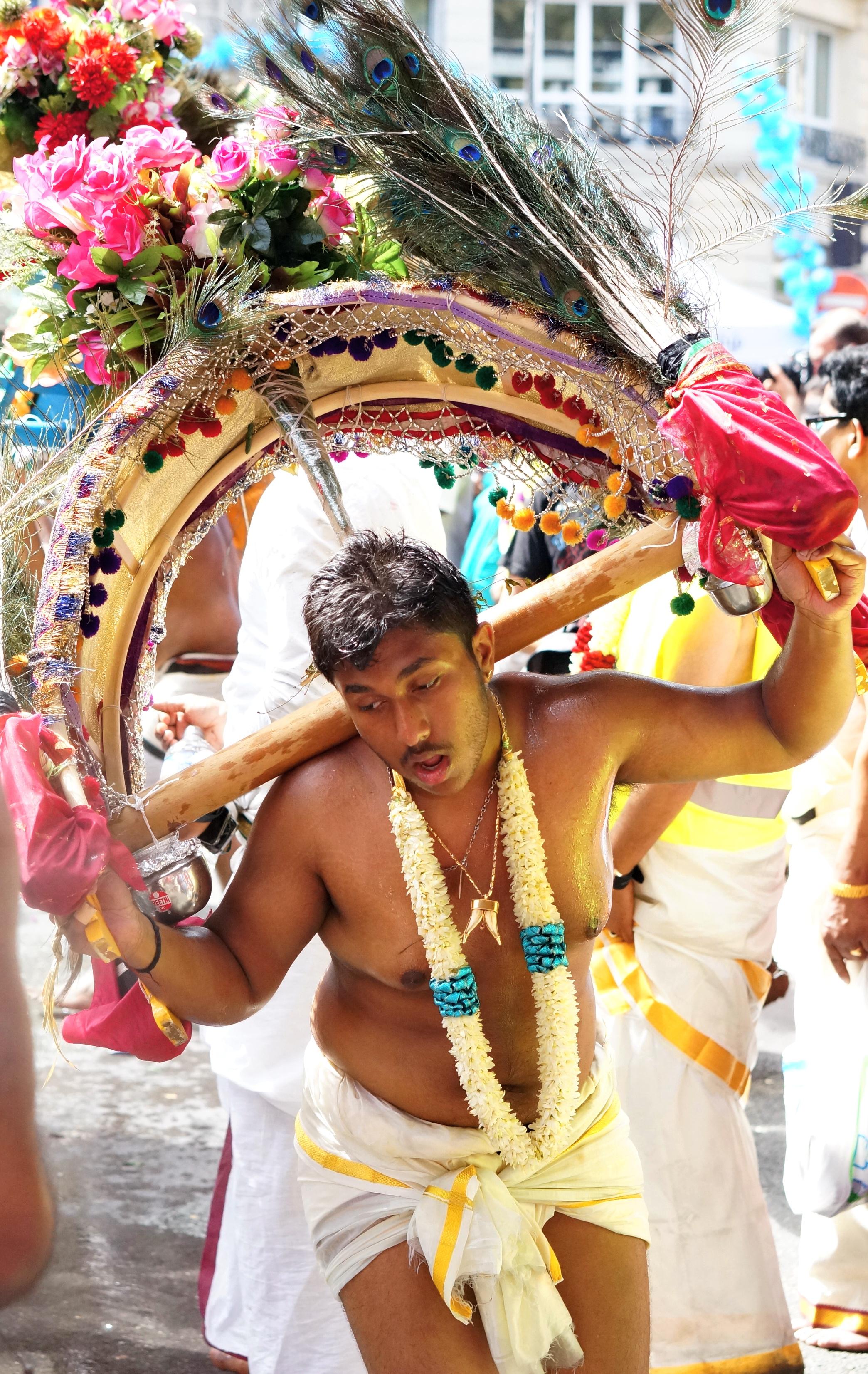 fête de ganesh, ganesha, paris indien, paris, paris insolite, cortège de ganesh, kavadi, danseur
