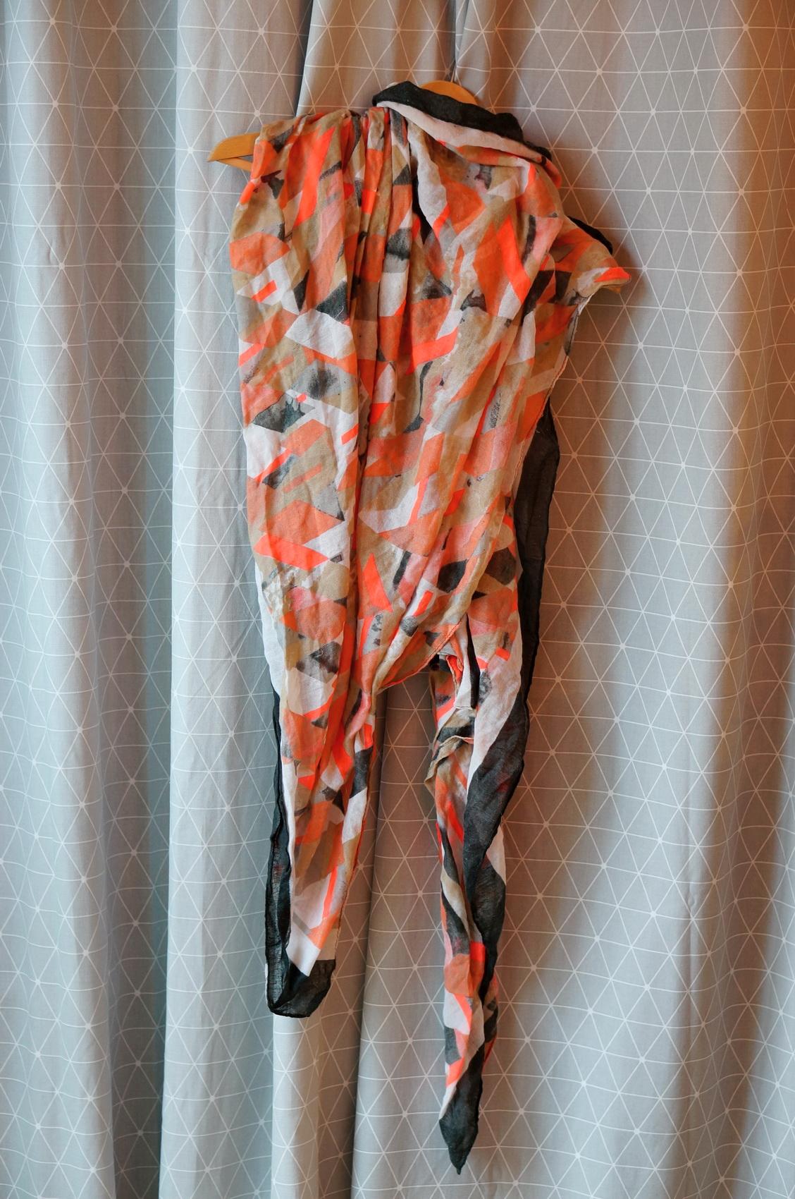 foulard motifs graphiques, brocante, vide-grenier, vêtements de seconde main