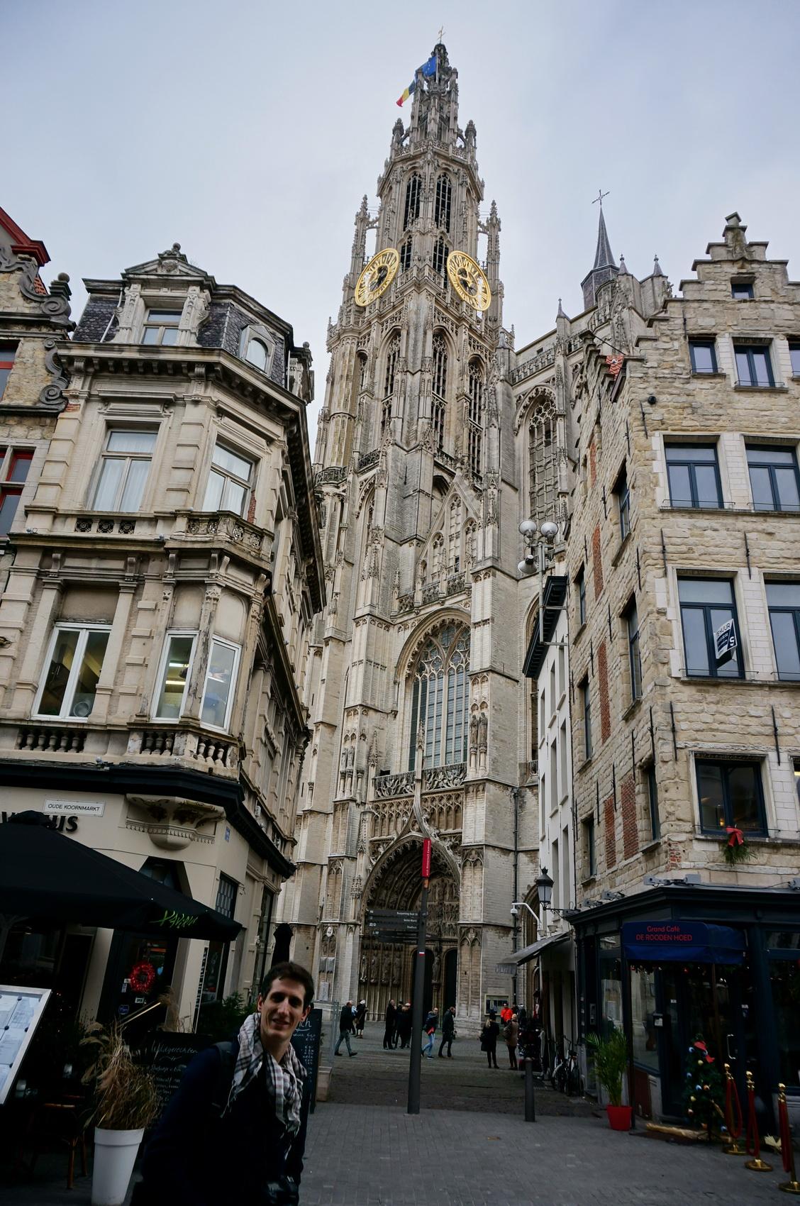 Prendre en photo la cathédrale d'Anvers et choper un torticolis...